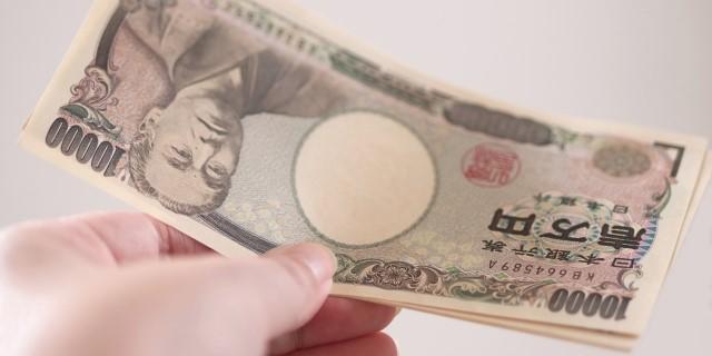 1万円札を持つ左手