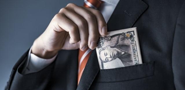 スーツのポケットに1万円
