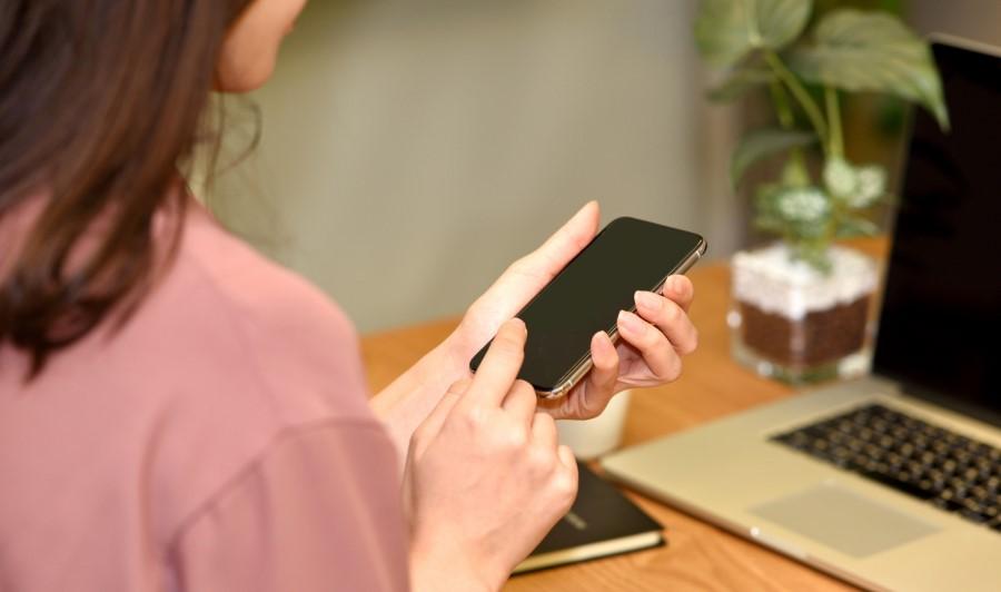 スマホとパソコンを操作する女性