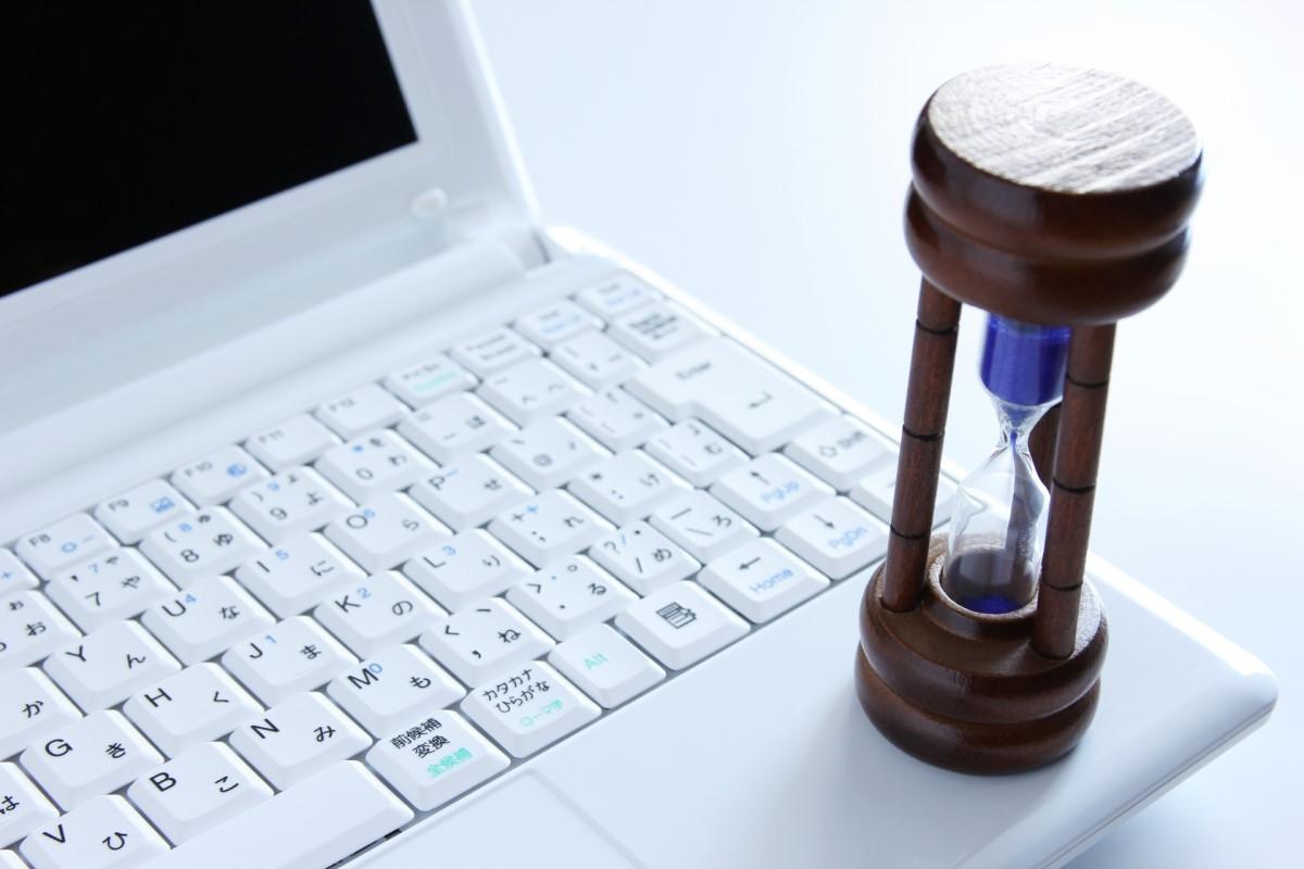 パソコンと砂時計