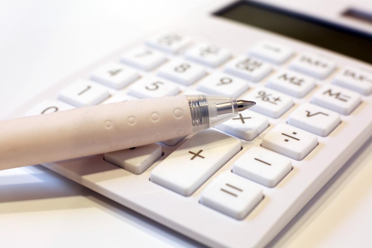 電卓と白いボールペン