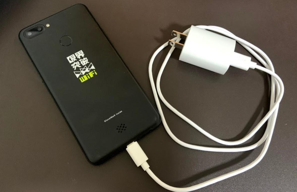 限界突破WiFiの付属品のACアダプタと充電ケーブル