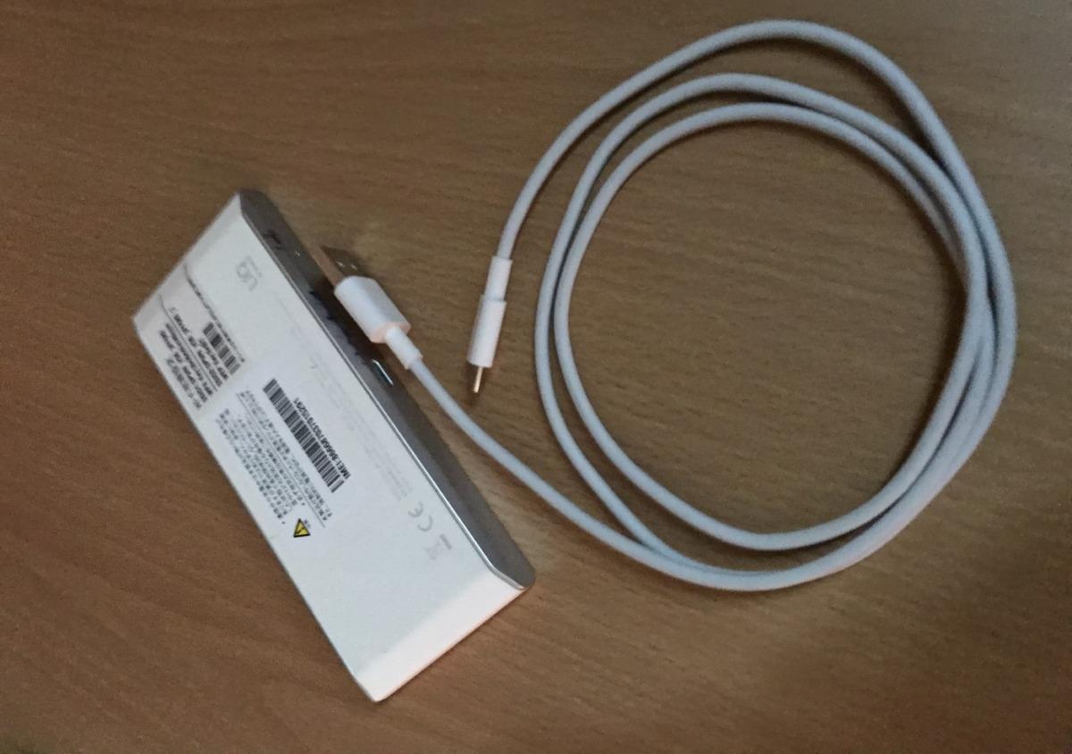UQ WiMAX2+の端末白と充電ケーブル