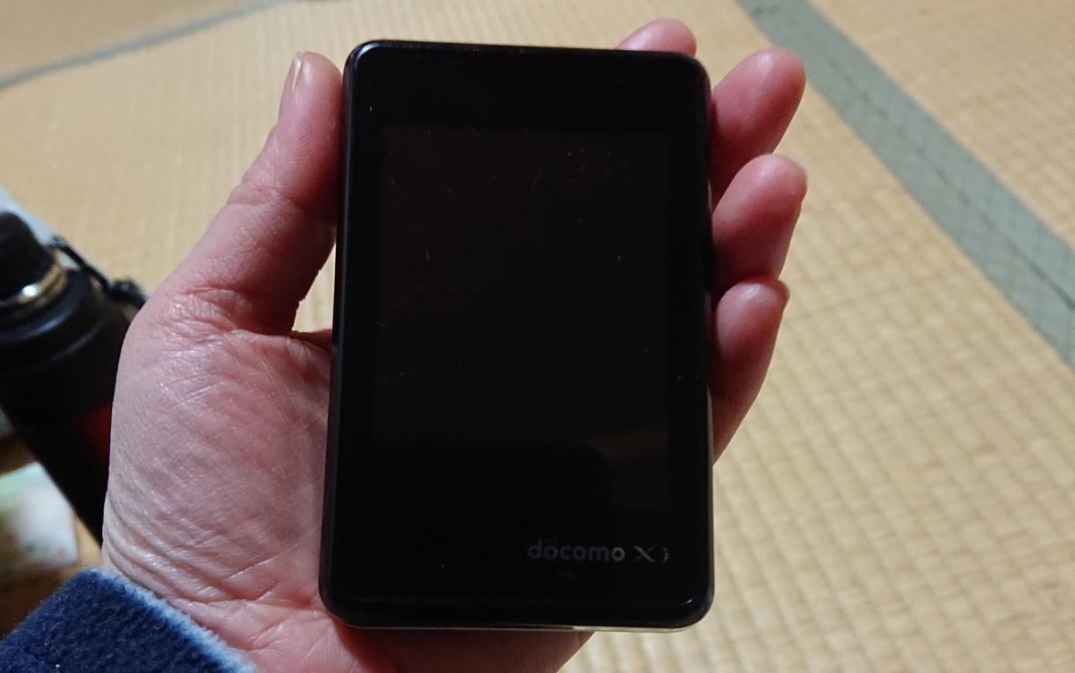 ドコモのモバイルWiFiL-02Fの端末を手に持った写真